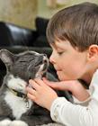 小孩抱着宠物的照片