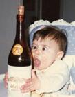 可爱小孩嗜酒