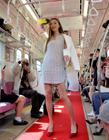 日本女模特电车内穿夏装走秀