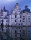 国外美丽的护城河环绕的城堡