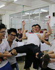 东莞高三学生高考完后在食堂互相喷水狂欢