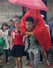 中国云南早婚村16岁新郎迎娶13岁新娘图片