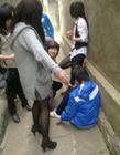 女生打架下跪踩头
