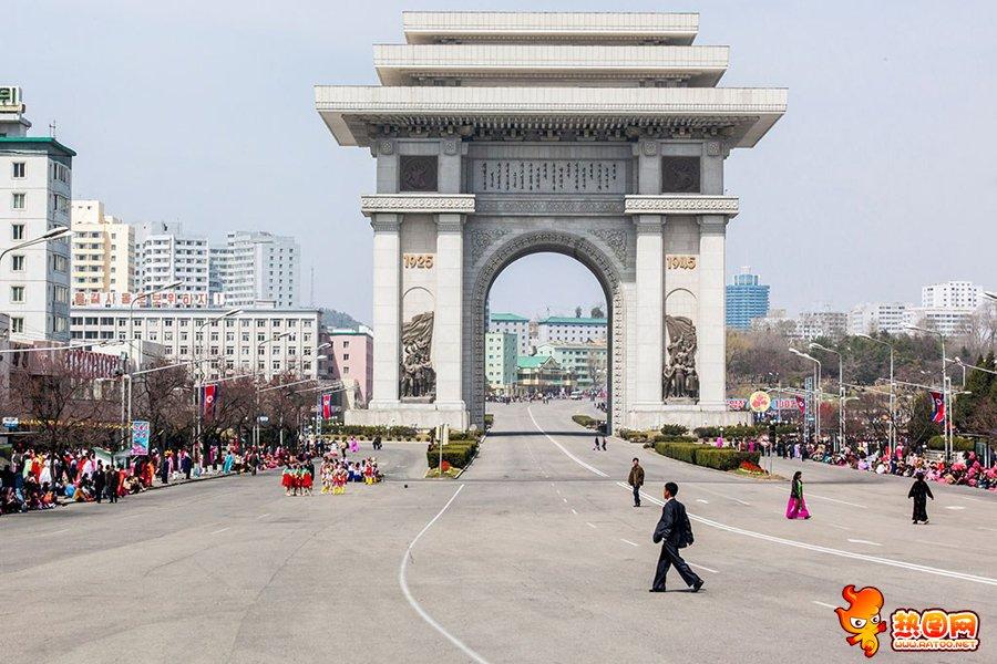 1 平壤凯旋门是为纪念伟大领袖金日成同志推翻日本帝国主义的殖民主义统治,实现光复朝鲜的伟业,胜利凯旋而立的。