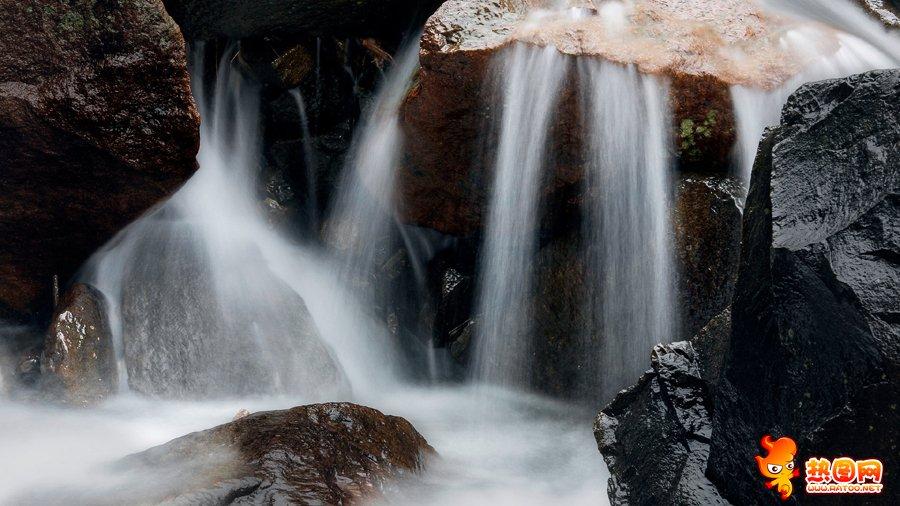 自然溪流景观