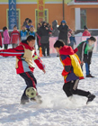 雪地上踢球 雪地里踢球 下雪踢球