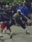 老爷爷打篮球 欧文扮演老人去打球