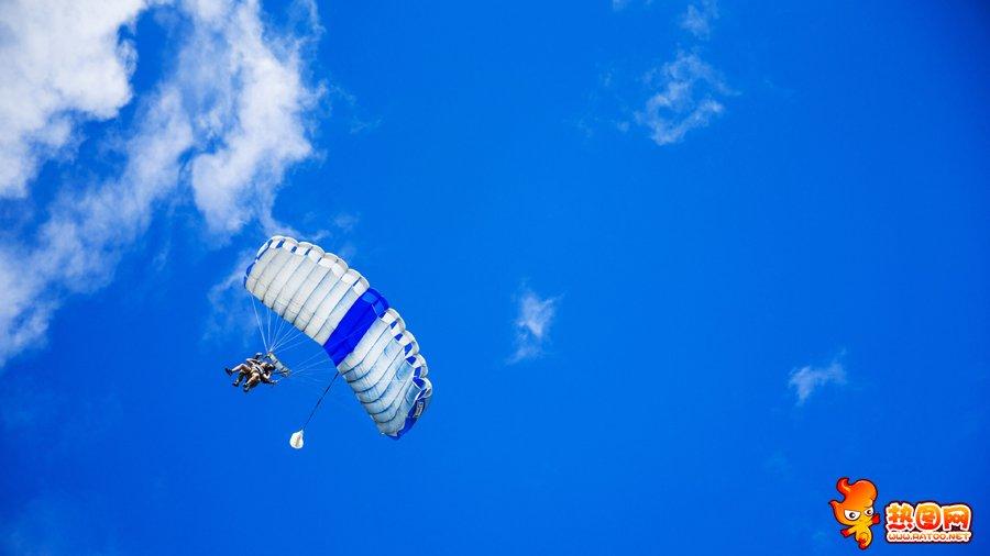 高空跳伞图片