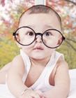 小男孩戴眼镜的可爱