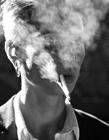 欧美帅哥抽烟图片 男人抽烟的手势非常Man
