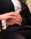 戴婚戒手的照片 �Y婚戴戒指�D片