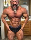 越南健身教练Ly Nhon已经年过50还是相当健壮 神似七龙珠龟仙人