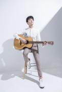 牛骏峰弹吉他生活高清壁纸图