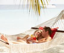 情侣夫妻度假旅行姿势摆拍图片