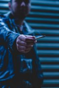 男人抽烟拍照创意图片