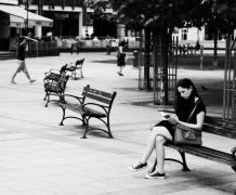 黑白街头人物摄影创意图片