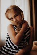 长发小女孩可爱儿童高清图片