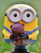 小黄人玩具手办户外摄影高清图片
