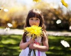 小女孩手拿�r花可��和�高清�D片