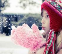 可�坌∨�孩�和�玩雪高清�D片