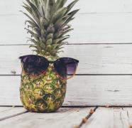 创意形像的菠萝水果摆拍高清图片