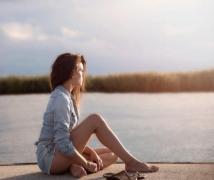美女看海边日落摄影图片素材