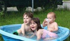 熊孩子喝洗澡水搞笑表情包图
