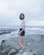刘雯夏天海边拍照人物摄影图