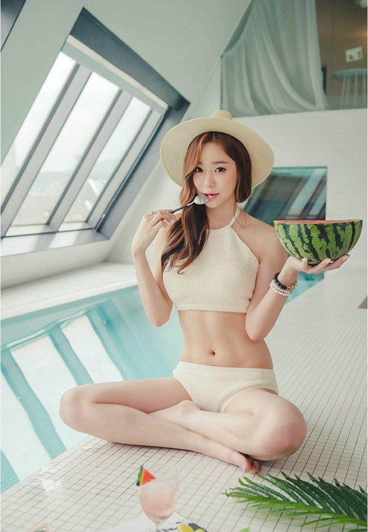 性感美女车模的内衣写真