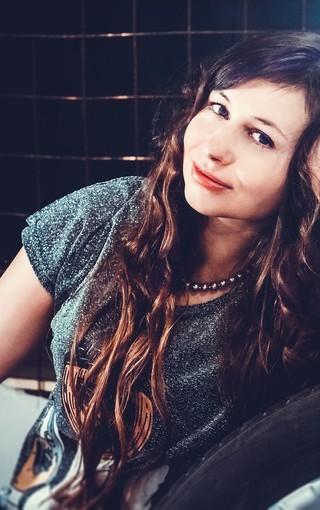打网球的运动美女图
