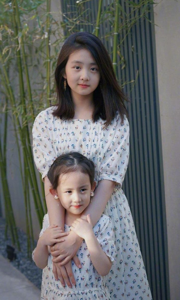 黄磊女儿多多跟妹妹的合照图