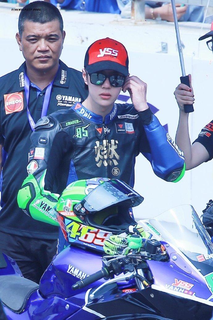 王一博开摩托车图片