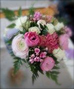 一束手捧鲜花的图片