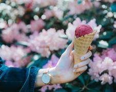 拿在手上的冰淇淋图片
