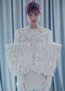 李宇春的白色羽毛�b