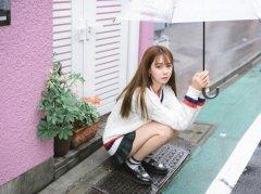 沈梦辰黄色长发雨天短裙街拍图