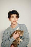 蔡徐坤抱着猫的杂志大片高清图