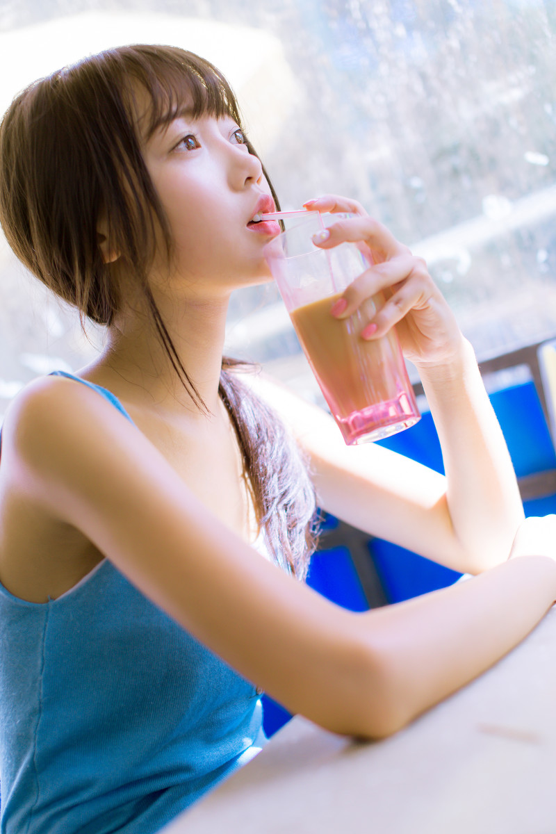 白嫩气质美女小清新私房写真美腿迷人