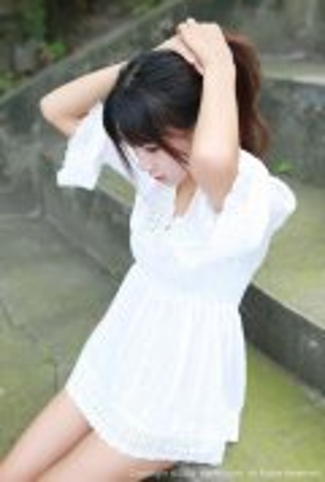 大长腿美女白蕾丝裙户外草坪小清新写真图
