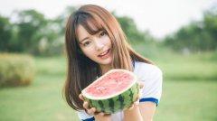 小清新甜美清纯美女学生户外草地吃瓜唯美写真