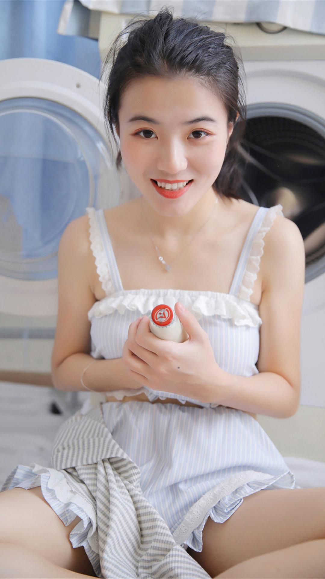 吊带睡衣清纯美女性感白丝美腿大胆写真