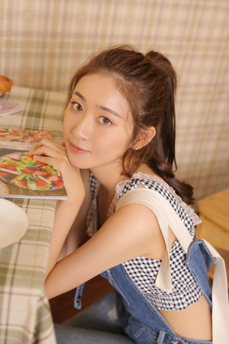 浴室清纯美女吊带长腿牙套妹小清新写真图片