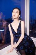 佟丽娅蓝色礼服长裙修长美腿性感活动造型图片