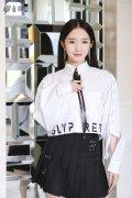 火箭少女孟美岐白色衬衫黑色短裙时尚活动高清图片