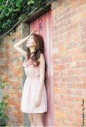 可爱卷发少女粉色衣裙诱人小清新户外写真