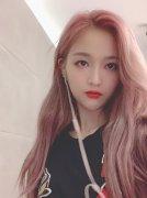 吴宣仪粉色头发私服生活自拍照图片