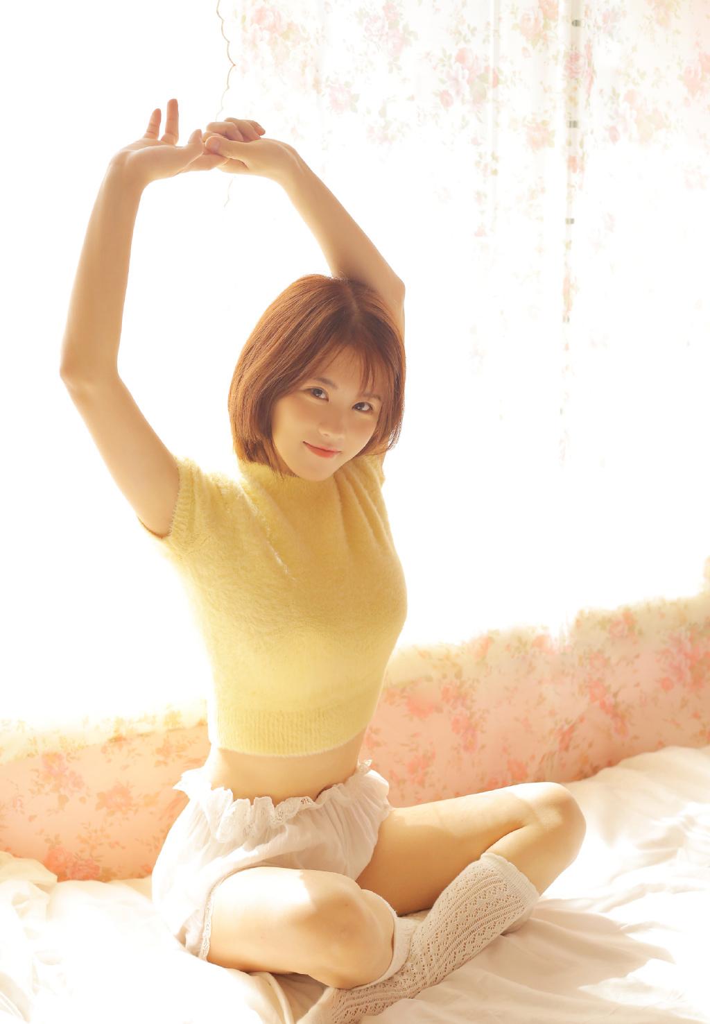 黄色格子裙清纯美女吊带性感私房写真