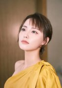 张嘉倪露肩黄皮裙优雅性感写真
