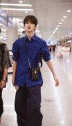 朱正廷蓝色衬衫酷炫时尚机场街拍图片