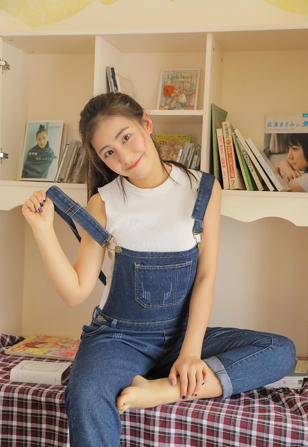 清纯可爱女生格子吊带唯美性感写真